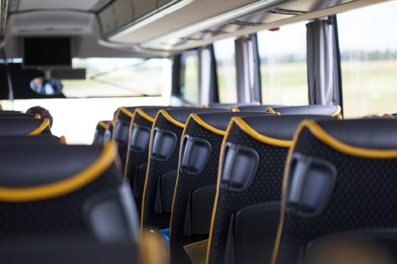 Reisebus, Sitzreihen und Fenster